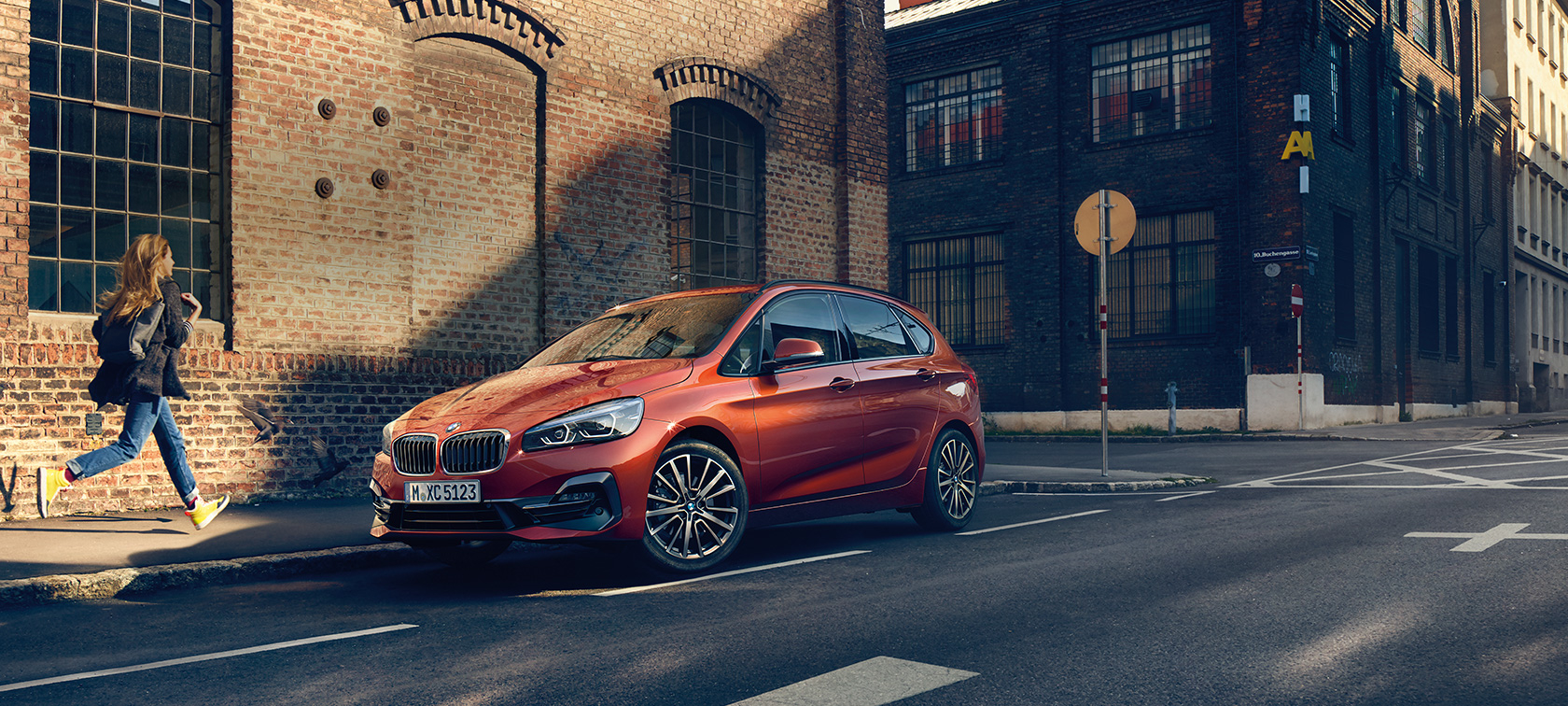 BMW Serie 2 Active Tourer F45 Facelift 2018 Sunset Orange metallizzato vista anteriore a tre quarti parcheggiata in strada