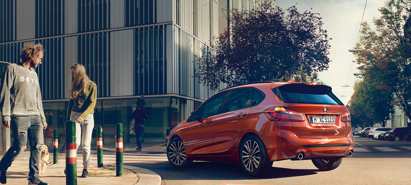 BMW 2er Active Tourer 220i F45 Facelift 2018 Sunset Orange metallic Dreiviertel-Heckansicht fahrend auf Strasse