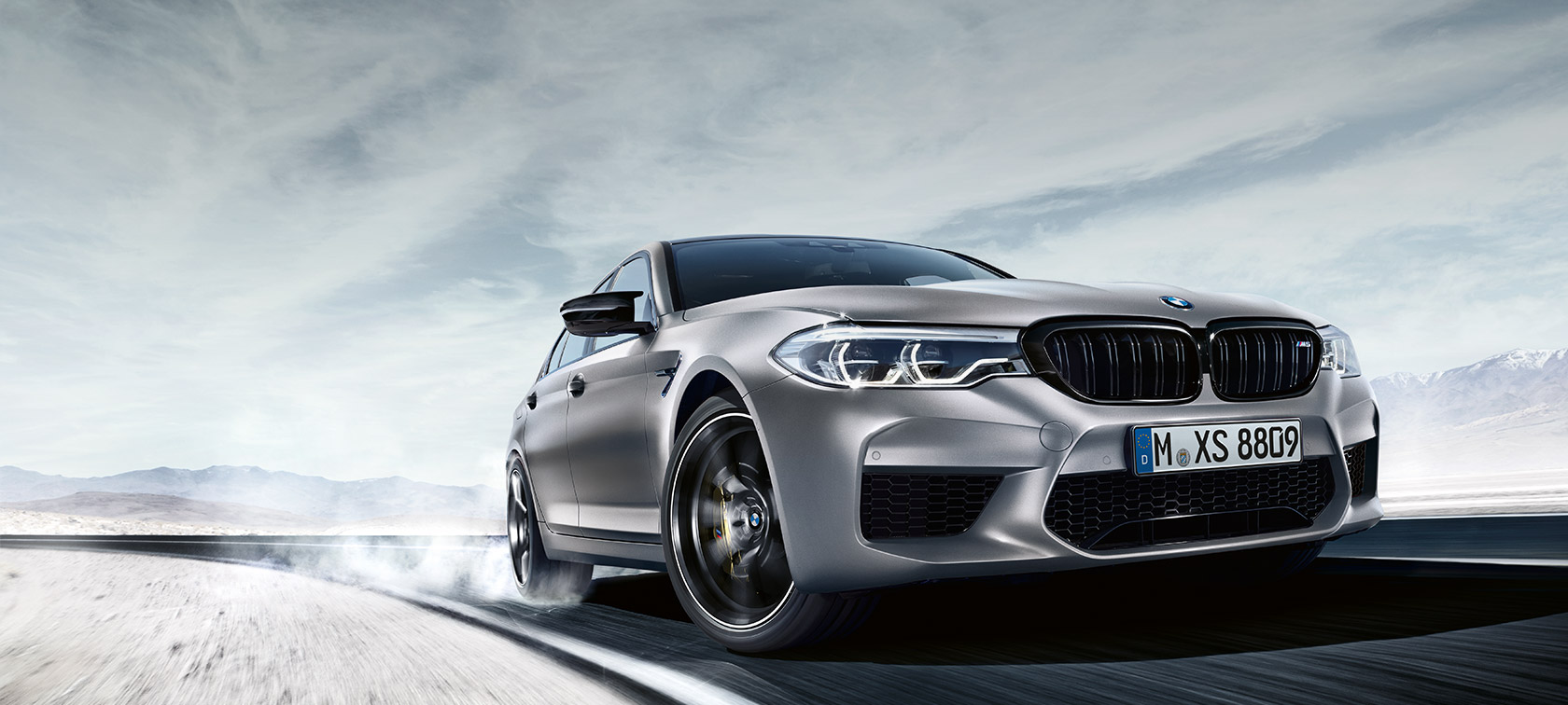 BMW M5 Competition, vista anteriore a tre quarti.