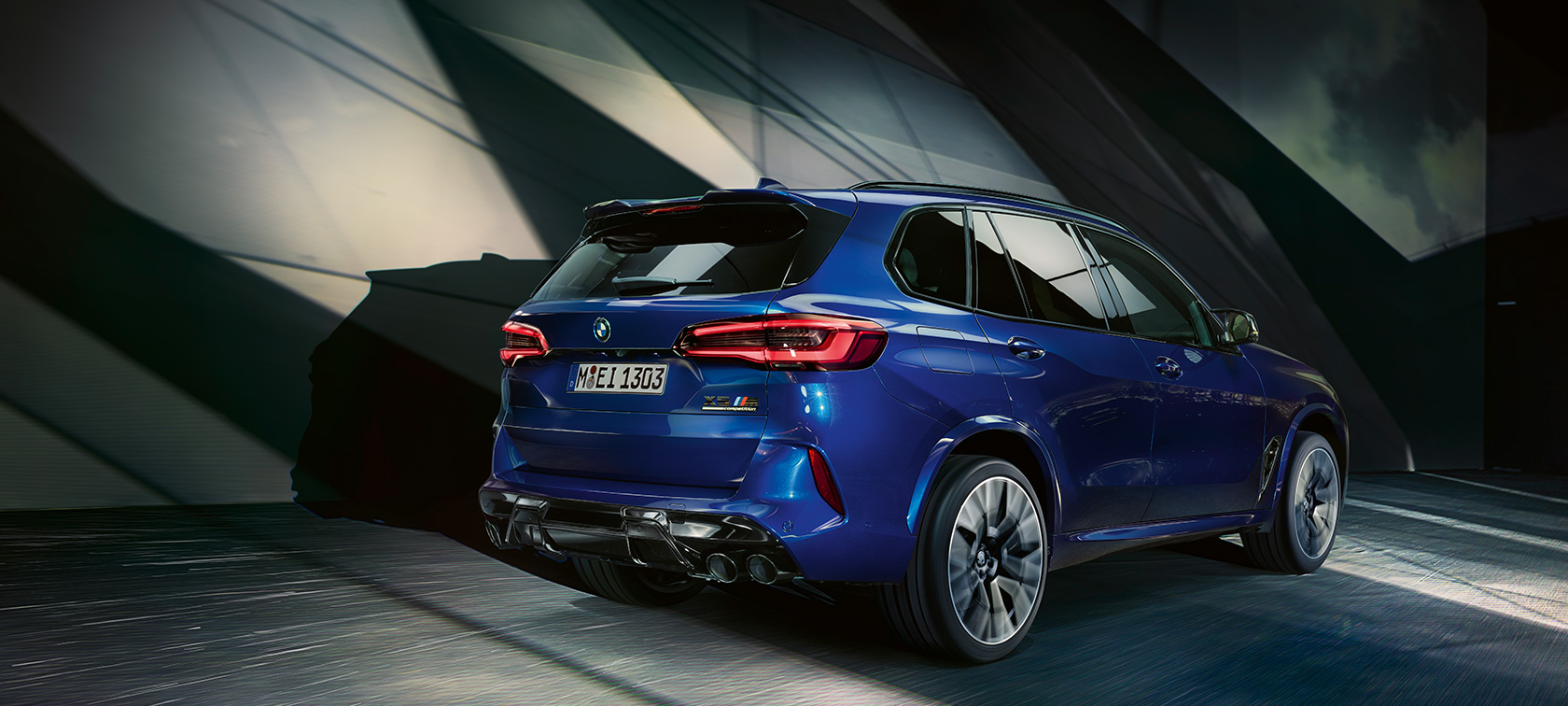 BMW X5 M Competition F95 2020 Marina Bay Blue metallizzato, vista posteriore a tre quarti